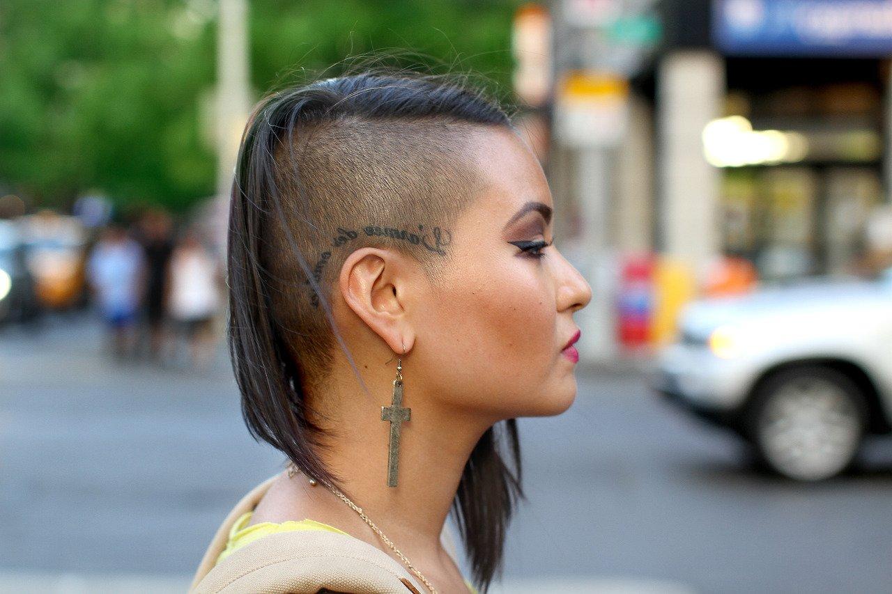 Женские прически с длинными волосами с выбритыми висками фото